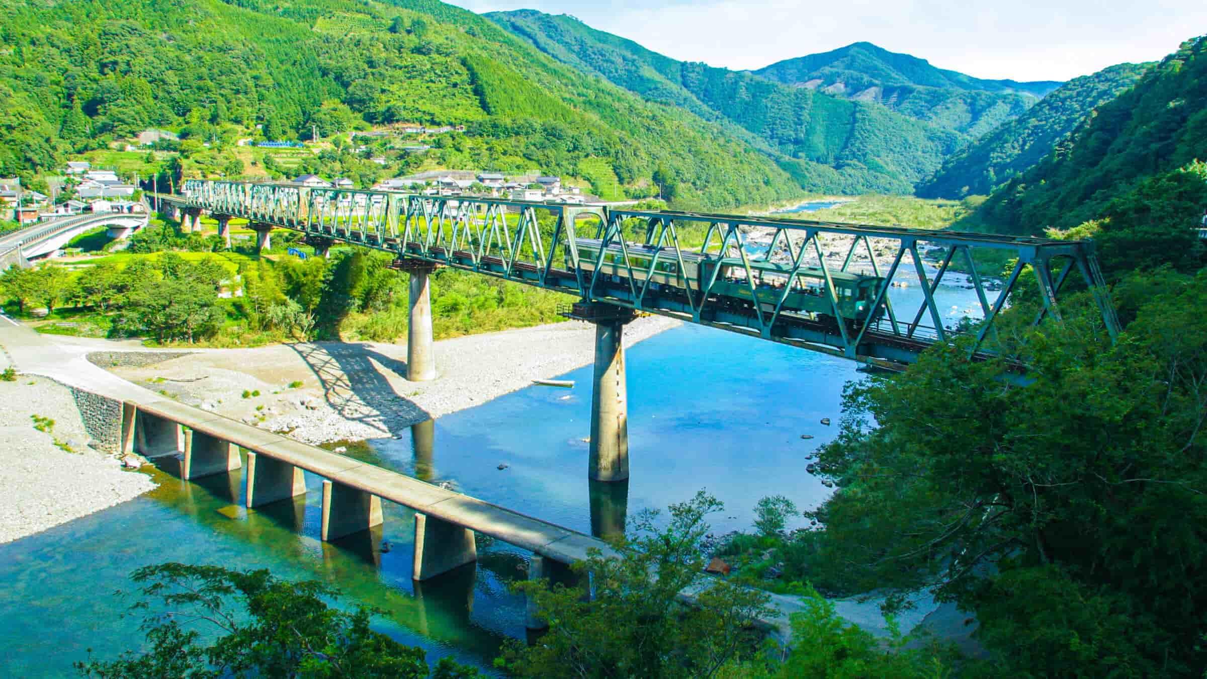 鉄道橋と並んで架かる希少な沈下橋[第一三島沈下橋]