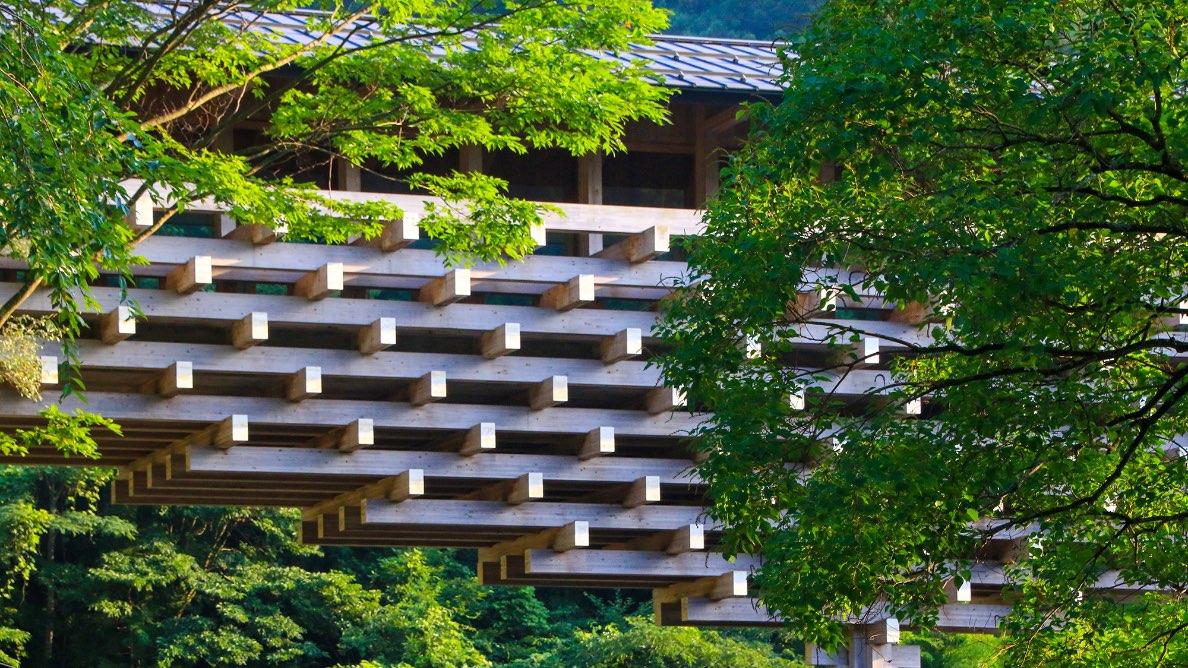 木漏れ日を落とす枝葉のような「雲の上のギャラリー(隈研吾の小さなミュージアム)」