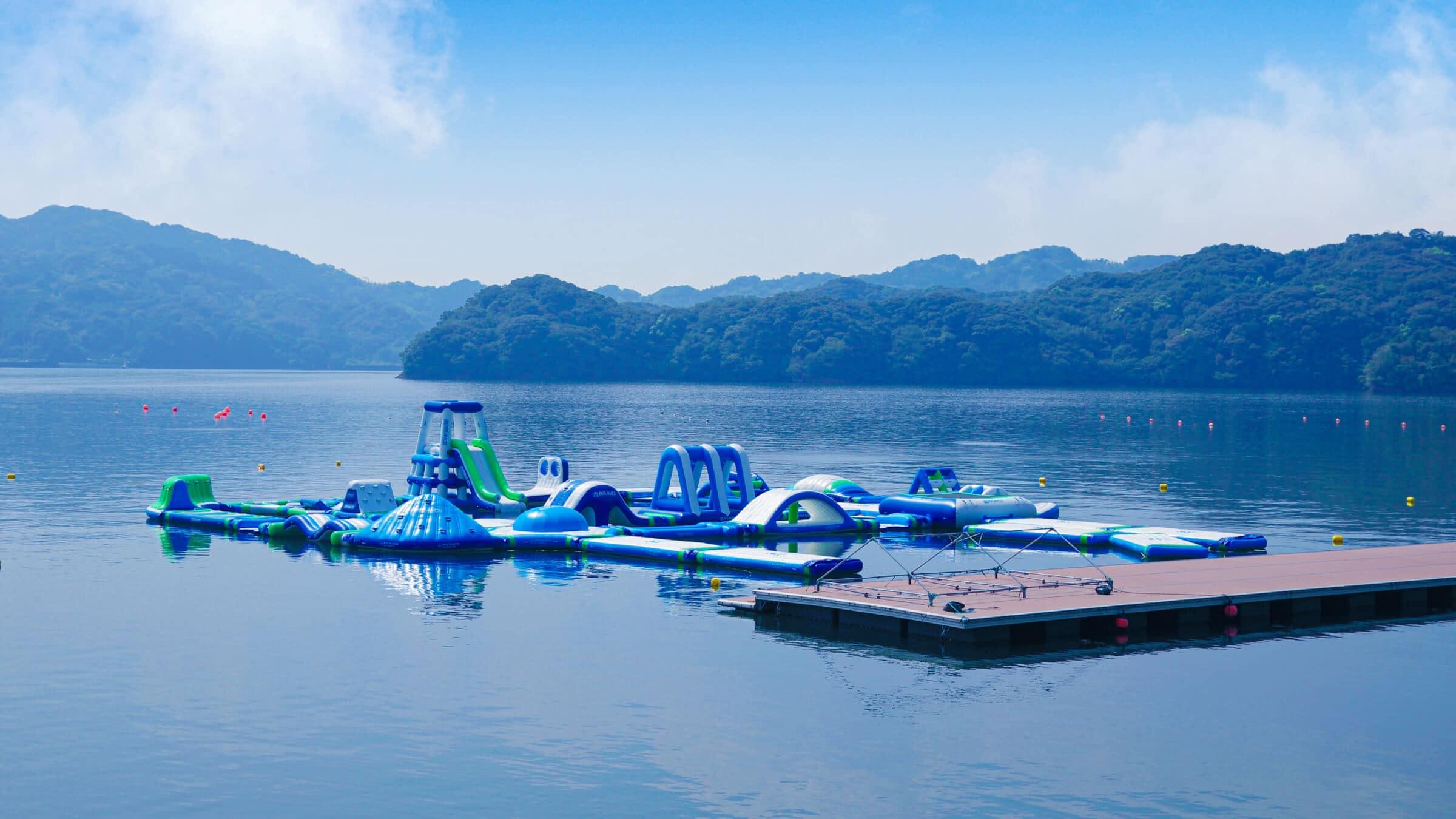 浦ノ内の穏やかな海上でアスレチック&マリンスポーツを体験!