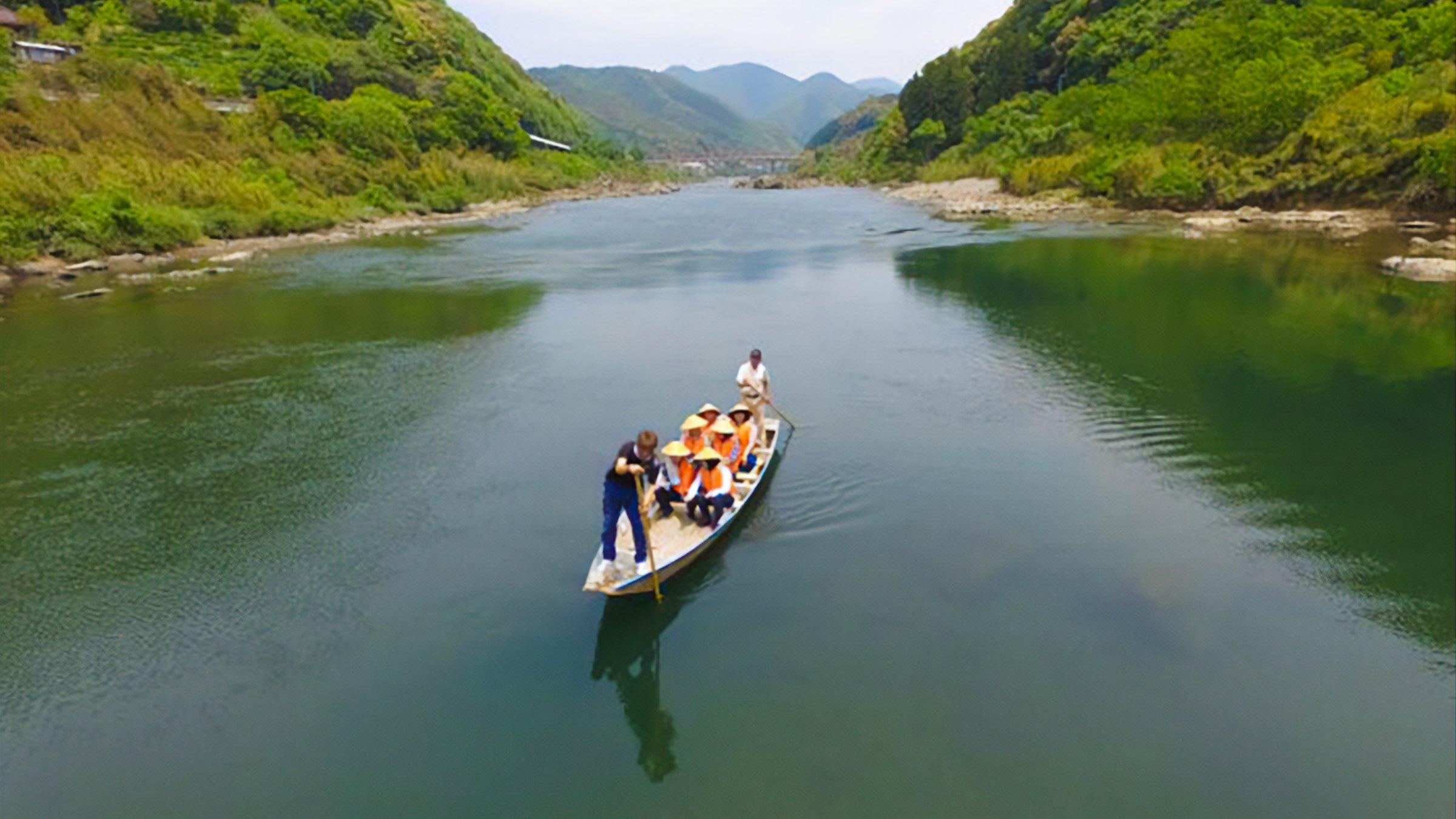 手漕ぎ舟でゆっくり川下り。情緒溢れる四万十川舟下り