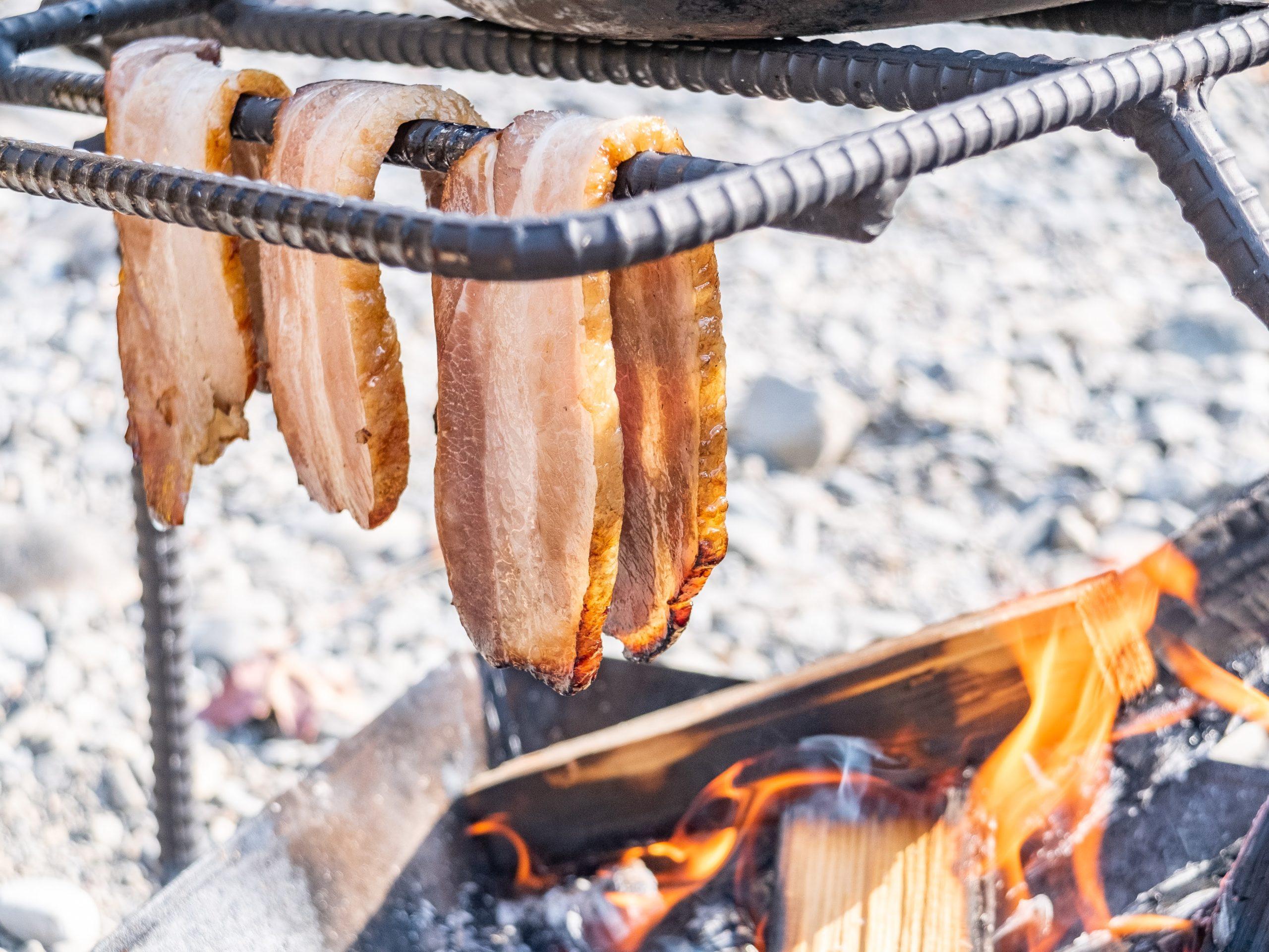 焚火であぶる豪快・自家製ベーコン 〜ゆらめく炎と肉汁と〜
